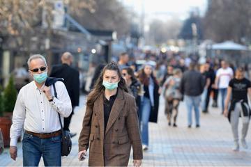 Persone a passeggio con la mascherina nelle strade del centro di Sofia, capitale della Bulgaria - © Circlephoto/Shutterstock