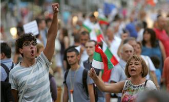 Manifestanti protestano contro il governo Borisov nel centro di Sofia - © Anton Chalakov/Shutterstock