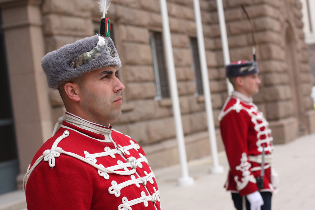 Guardia in alta uniforme davanti alla Presidenza bulgara
