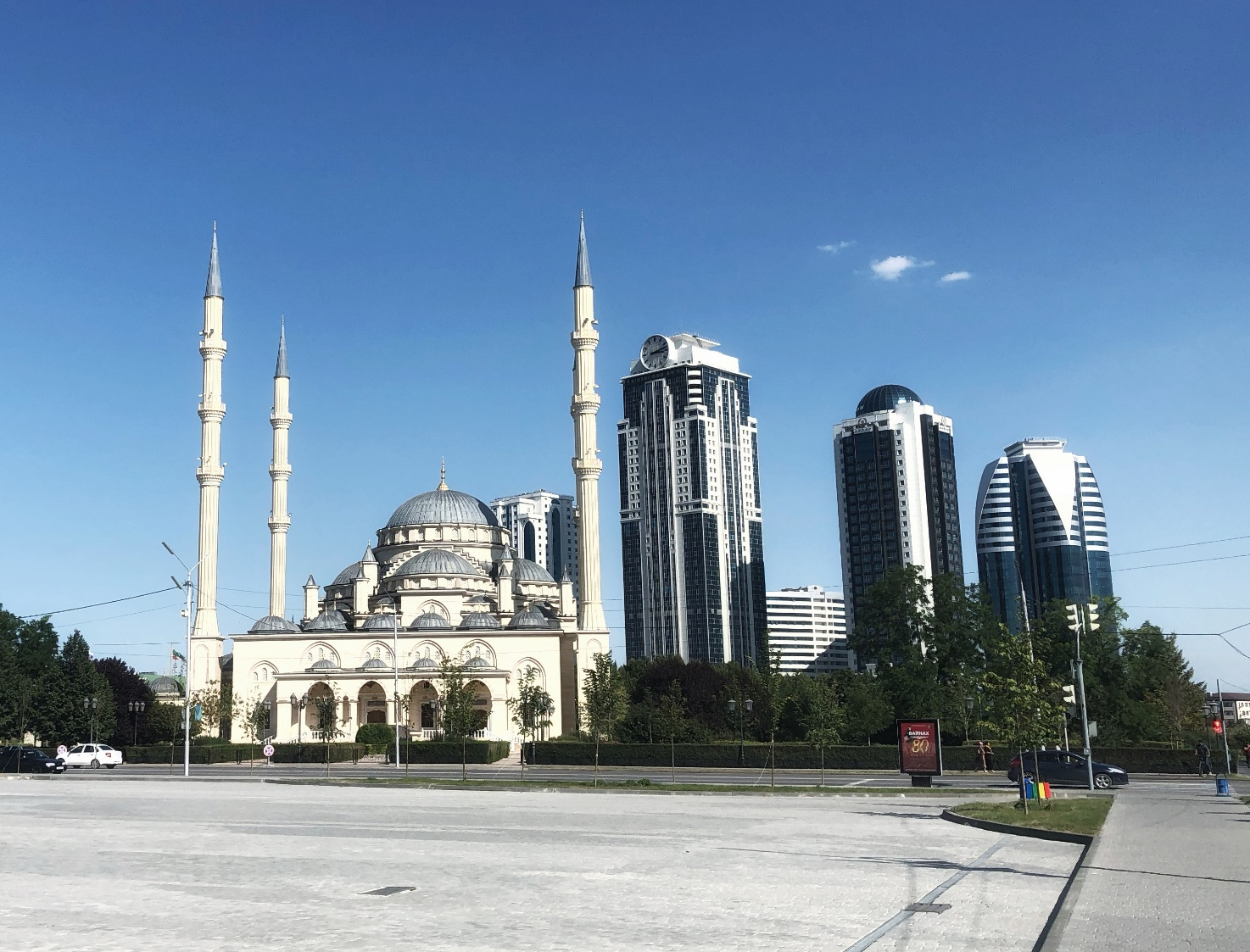 """Piazza Kadyrov con la grande moschea """"il Cuore della Cecenia"""" e le torri di Grozny."""