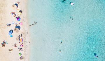 Un'immagine fotografata dall'alto che raffigura un tratto di costa in Croazia