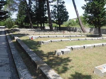 Il Memoriale di Kampor sull'isola di Rab/Arbe costruito su progetto dell'architetto Edvard Ravnikar e inaugurato nel 1953
