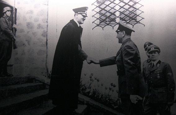 Una fotografia che documenta una stretta di mano tra Adolf Hitler e Ante Pavelić esposta nel museo del memoriale di Jasenovac - foto di Luka Zanoni