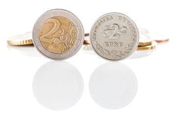 Una moneta da 2 euro accanto ad una da 2 kune © DeymosHR/Shutterstock