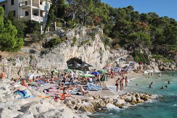 Una spiaggia di Makraska (Croazia) gremita di turisti, 20 agosto 2020 (foto © Jure Divich/Shutterstock)