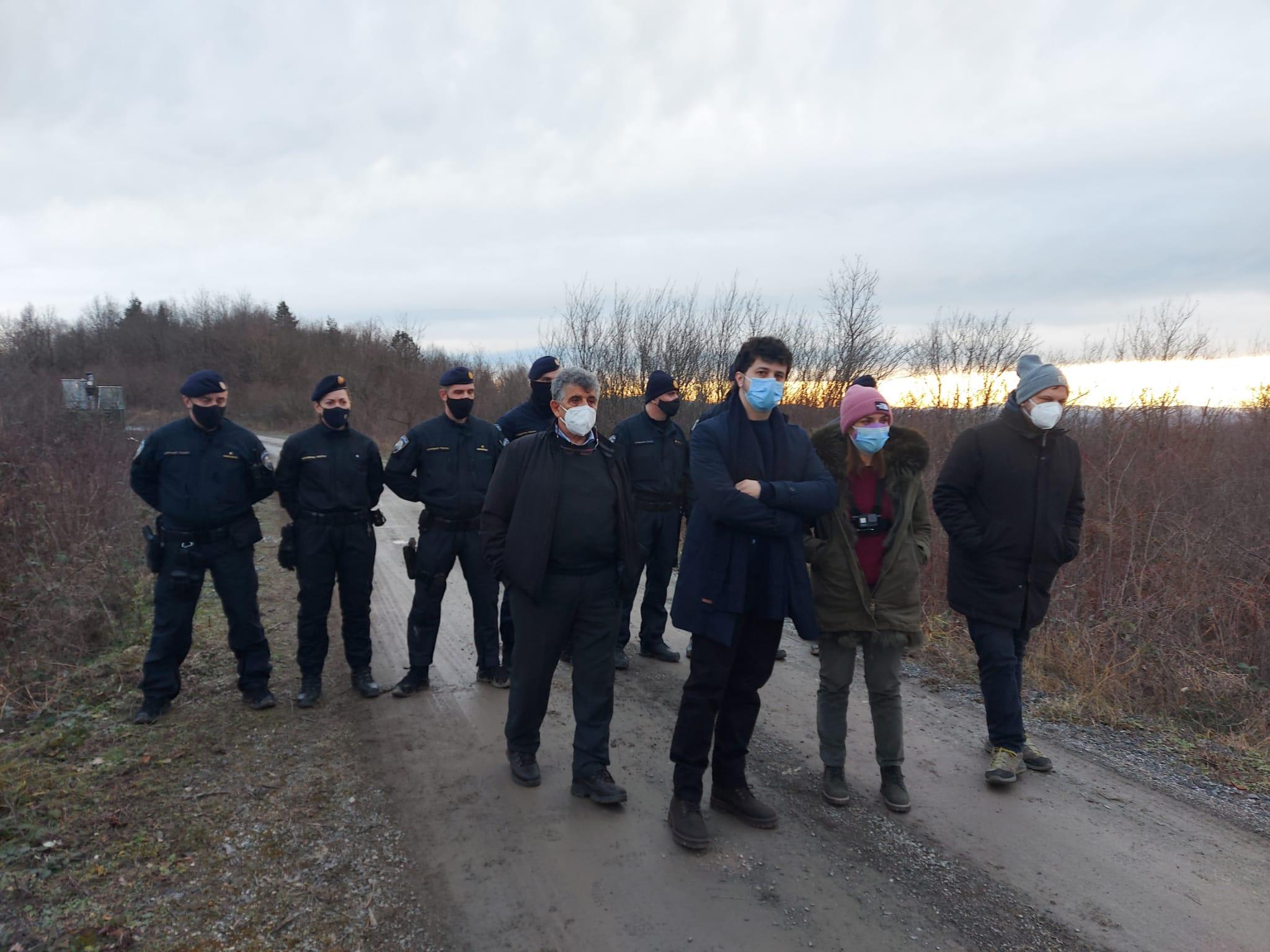 Gli eurodeputati al confine con la polizia croata (foto © N. Scavo)