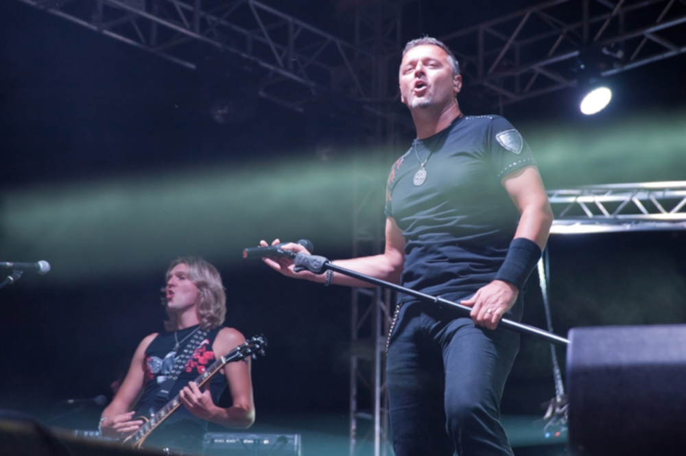 Il cantante croato Marko Perković Thompson sul palco durante un suo concerto di agosto 2013