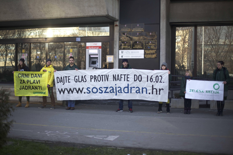 """Votate contro il petrolio"" (foto Zelena Akcija)"