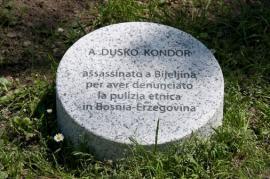La targa in onore di Duško Kondor ucciso a Bijeljina (BiH)
