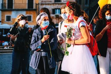 Ekaterina Ziuziuk con Emma Bonino durante una manifestazione in Italia