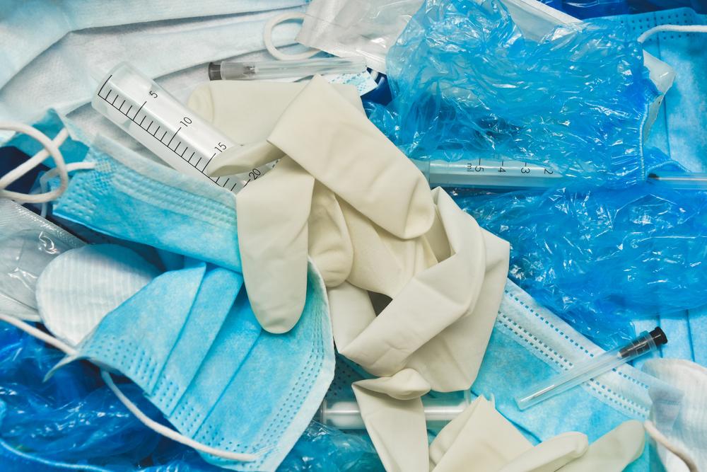 Materiale medico in plastica legato al Covid-19 @ ADELART/Shutterstock