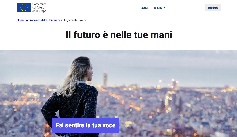 """Uno screenshot del portale della """"Conferenza sul futuro dell'Europa"""", in primo piano una ragazza che guarda dall'alto una città"""