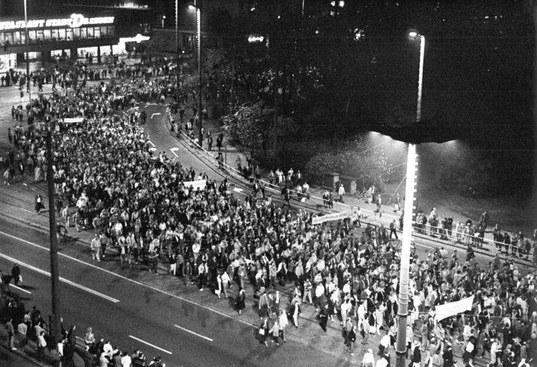 Monday demonstrations in Leipzig in 1989 (Bundesarchiv, Bild 183-1989-1023-022/Friedrich Gahlbeck /CC-BY-SA 3.0)