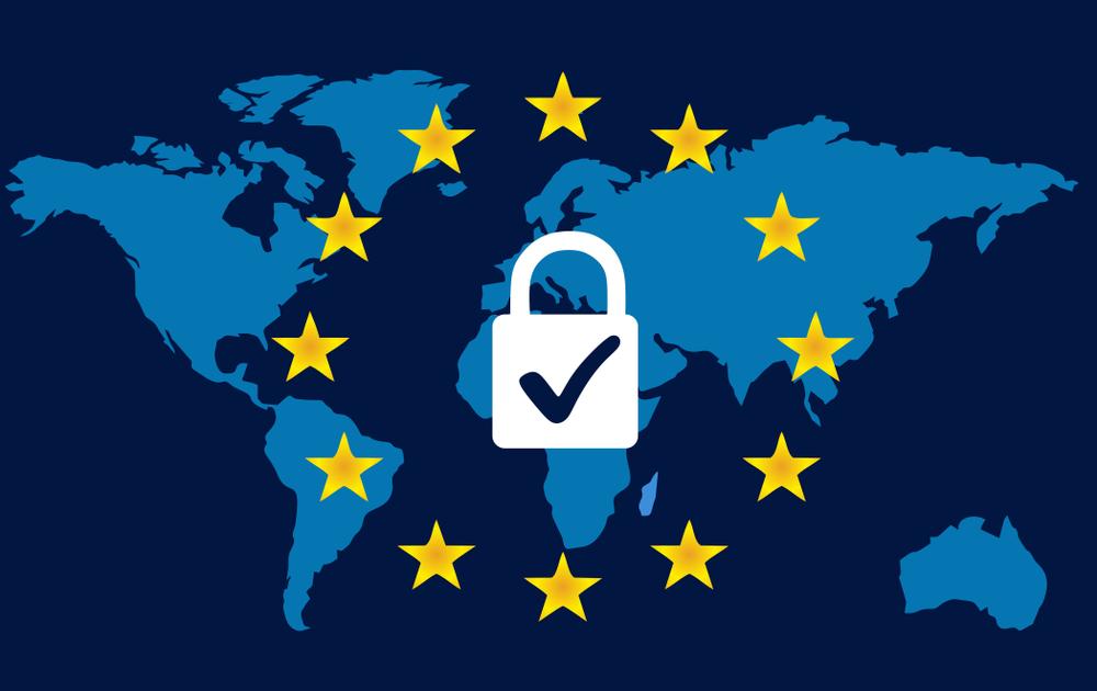 Le stelle della bandiera UE, sovrapposte ad una mappa dei continenti, racchiudono un lucchetto che porta una notifica di conferma © davidihirjak/Shutterstock