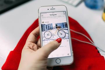 mano di donna e schermo di uno smartphone che mostra Instagram (foto: Marina Stroganova/Flickr)
