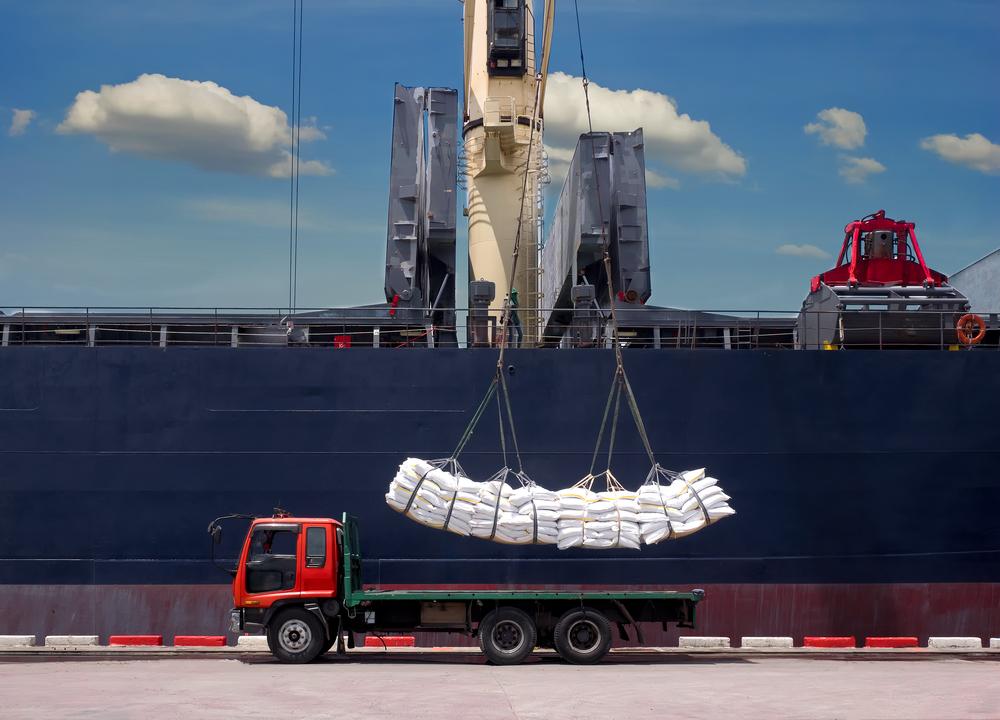 L'immagine ritrae un camion sul quale viene cariato un carico di merci © Mr. Amarin Jitnathum/shutterstock