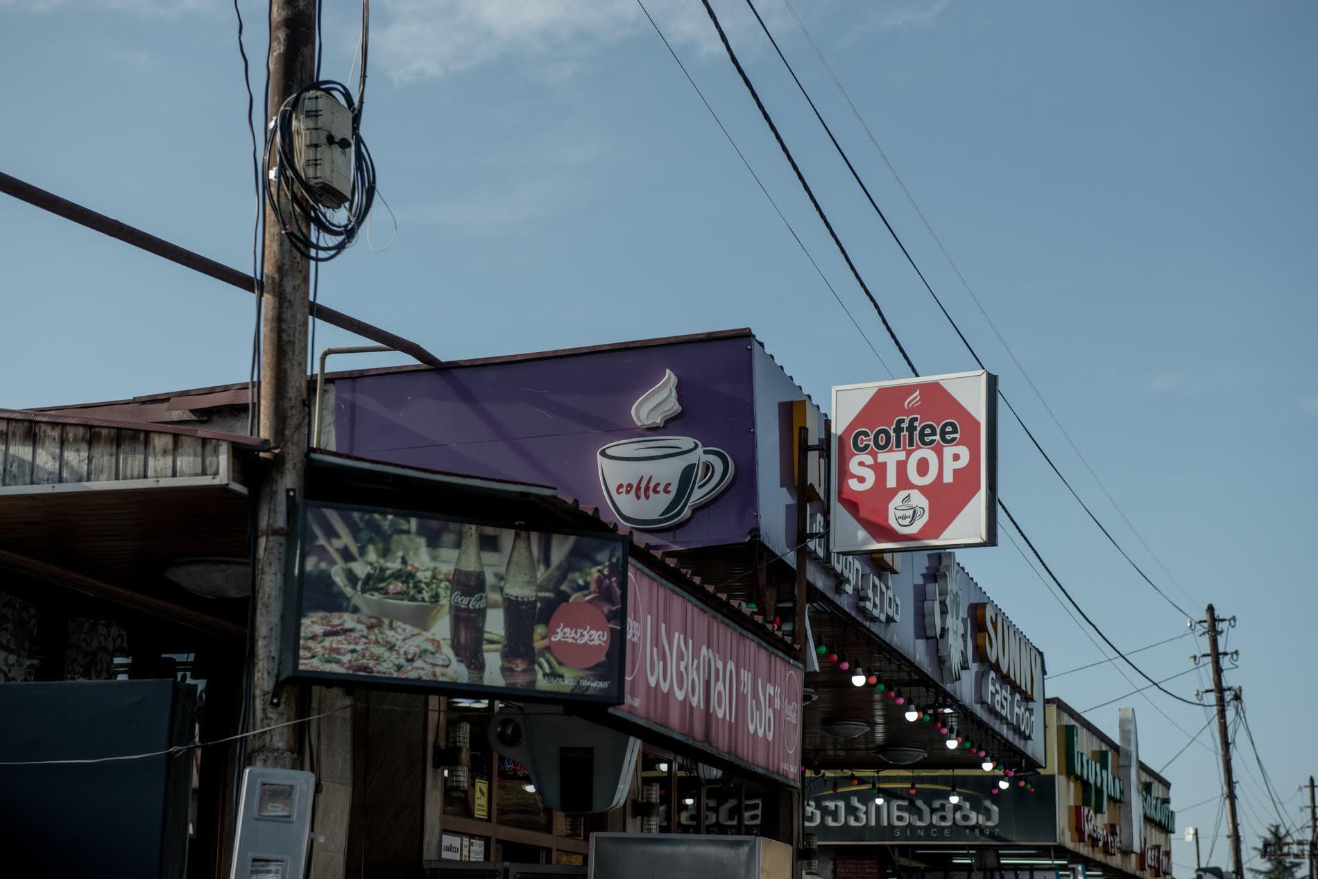 Zestaponi è diventato un centro fiorente per i bar, ma non è chiaro se questi sopravviveranno una volta che l'autostrada verrà spostata (Tamuna Chkareuli / OC Media)