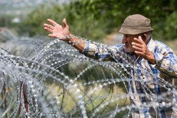 Un anziano lungo la linea di demarcazione tra Georgia e Ossezia del sud (Drop of Light/Shutterstock)
