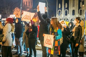 Tblisi, febbraio 2021, giovani protestano nell'anniversario della fine della Prima repubblica georgiana (foto © EvaL Miko/shutterstock)