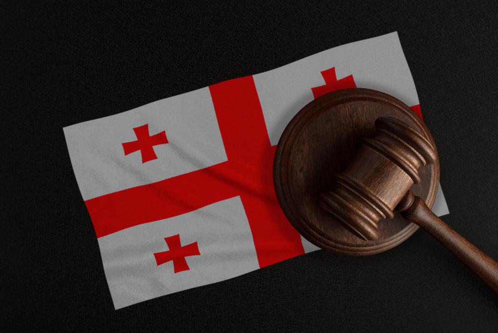 Martelletto del giudice sulla bandiera georgiana © Serhii Yevdokymov/Shutterstock
