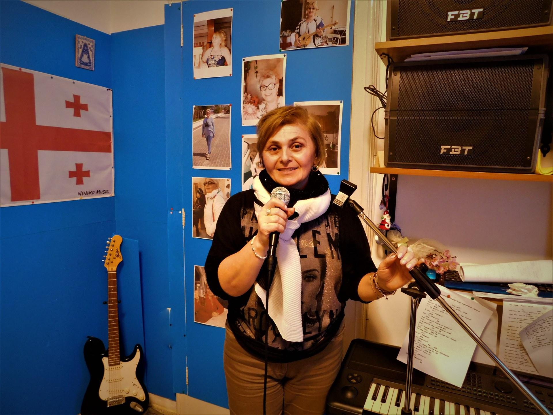 Niniko vive a Reggio Calabria dal 2011. Non avrebbe mai immaginato di diventare una badante. In Georgia era un medico con la passione per la musica - foto Pietro Battaglia
