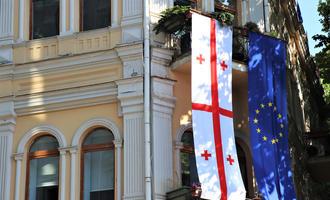 Baidiera georgiana e bandiera dell'Ue appese insieme ne centro di Tbilisi - Georgia © Yannick Morelli/Shutterstock
