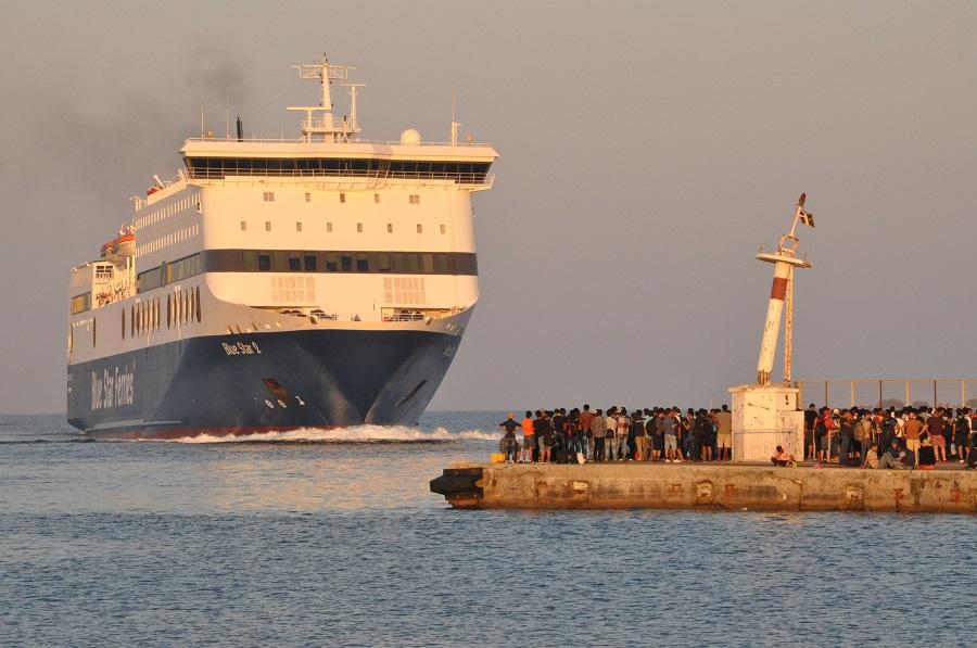 Migranti in attesa di un traghetto di linea che li porterà sul continente - foto F.Polacco