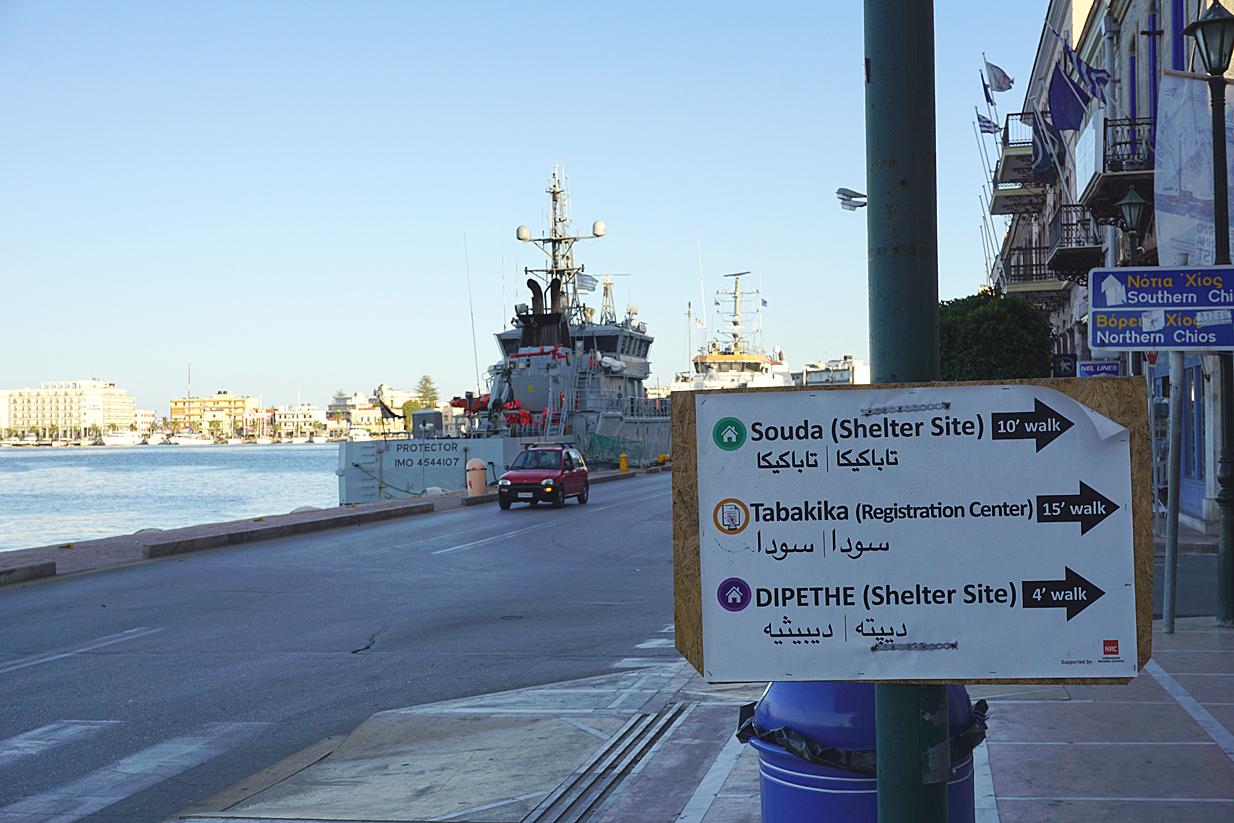 Porto di Chios, indicazioni per i centri di accoglienza (foto D. Bettoni)