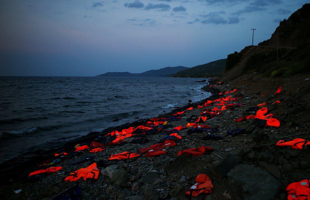 Giubbotti di salvataggio abbandonati su una delle spiagge dell'isola