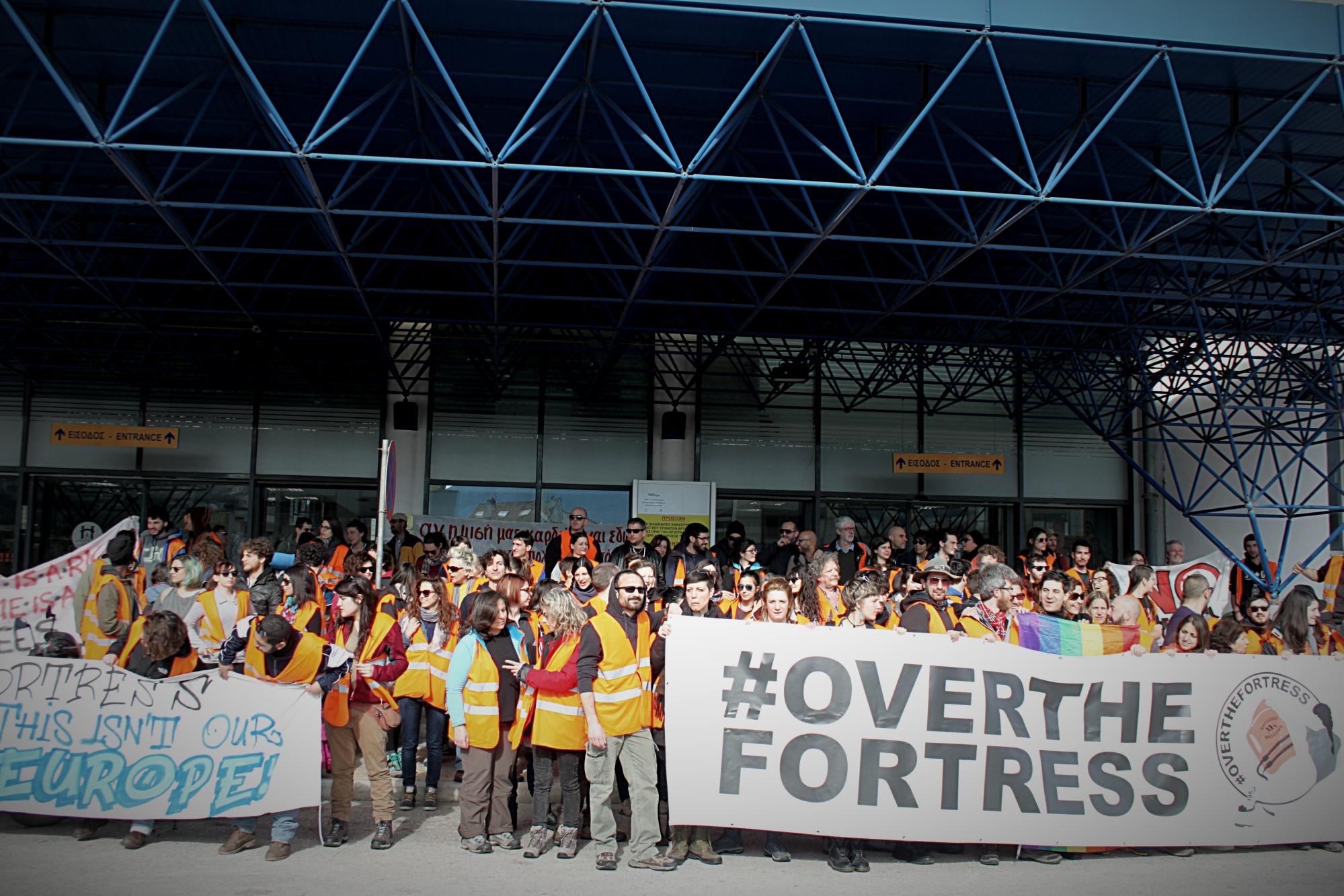 I partecipanti alla marcia #overthefortress (foto di Lucia Pantella)