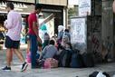 Rifugiati in attesa davanti al porto del Pireo (foto G. Vale)