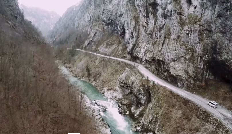 Una scena del film When the mountains were wild – A freeride journey to the Albanian Alps