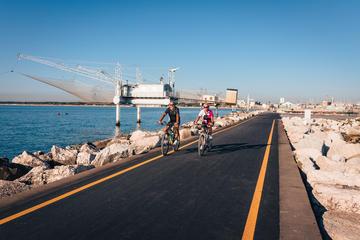 Due persone in bici presso la Marina di Ravenna - Jan Cattaneo/Shutterstock