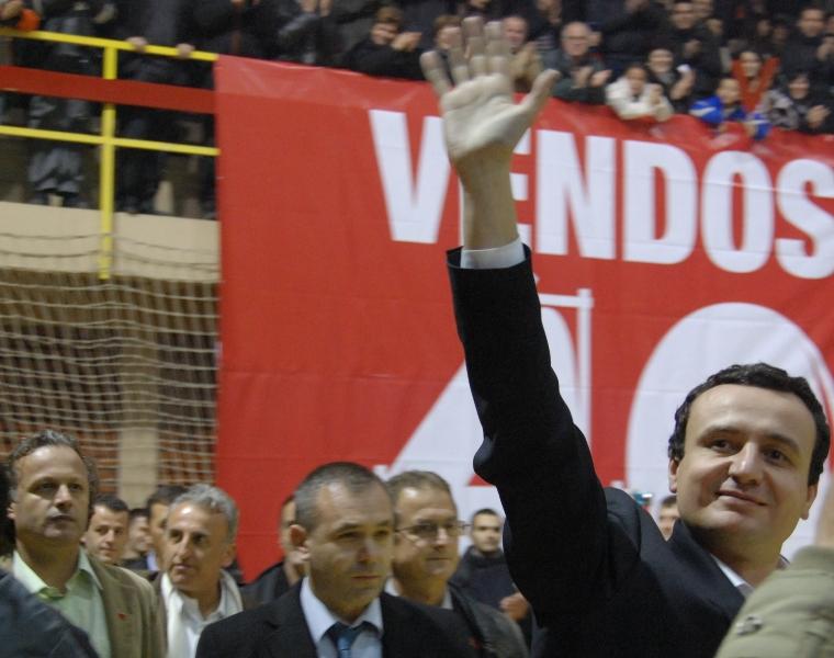 Albin Kurti, leader di Vetëvendosje in campagna elettorale