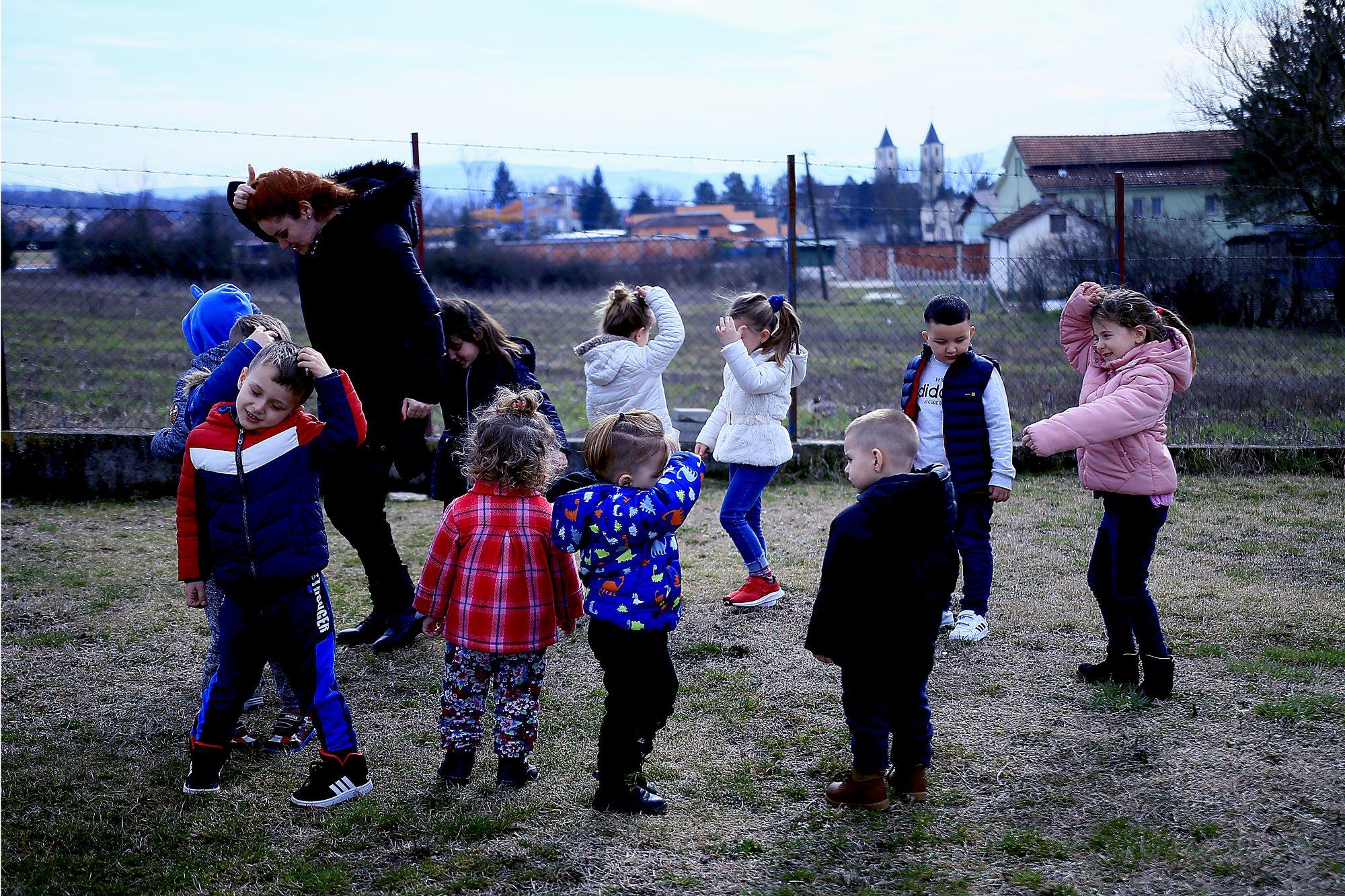 Attività all'aperto in una scuola per l'infanzia del Kosovo (foto di Jeton Sopa)