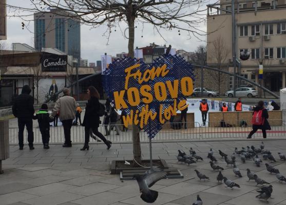Preparativi a Pristina per l'anniversario dei 10 anni (foto di Valerie Hopkins)