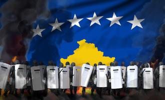 Polizia in tenuta antisommossa, sfondo immagine bandiera del Kosovo © Anton_Medvedev/Shutterstock