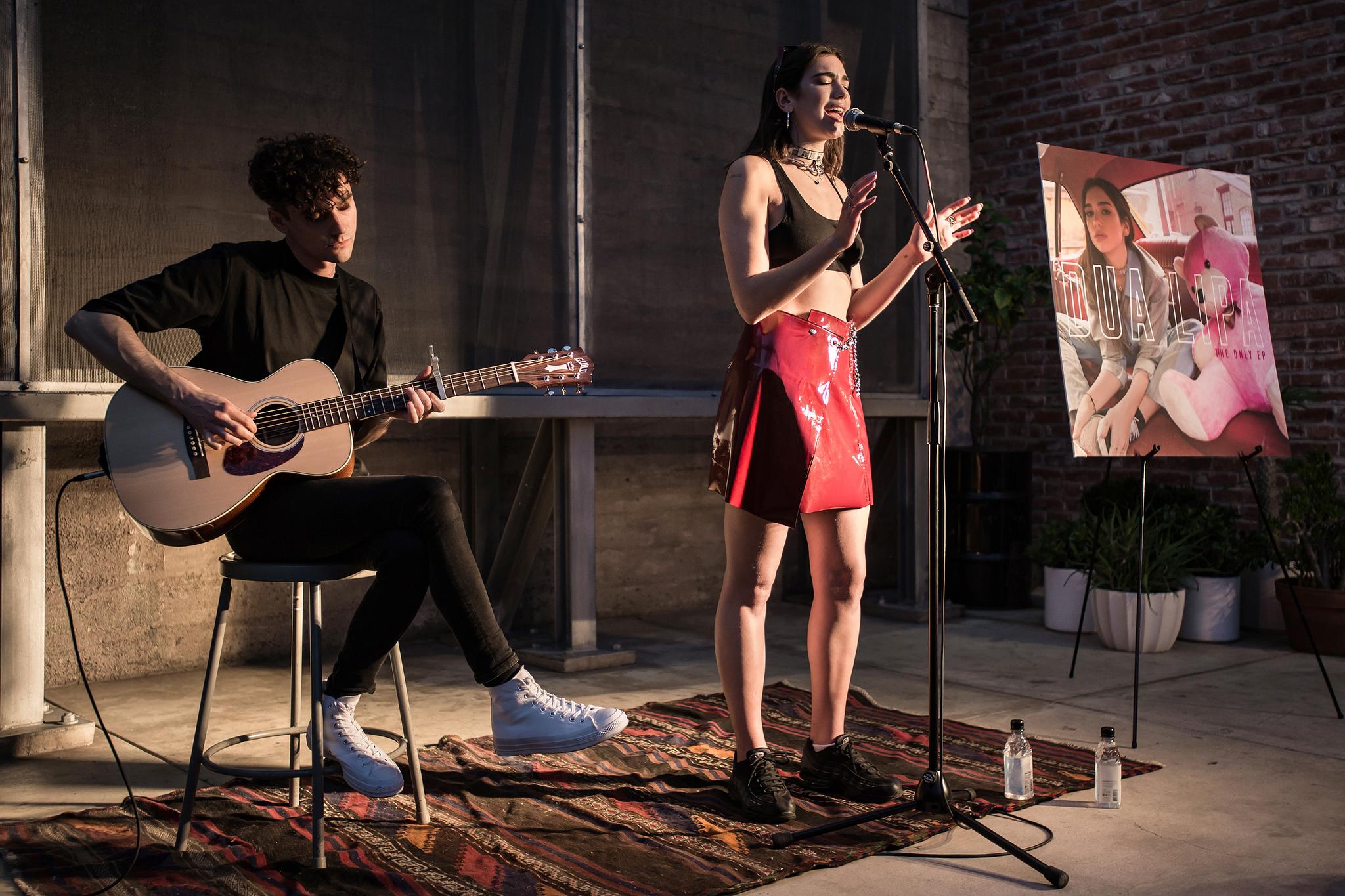 Dua Lipa durante una performance, Justin Higuchi/flickr