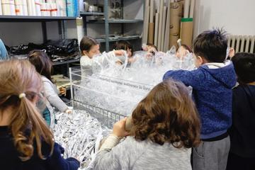Bambini esplorano i materiali presso il Centro di riciclaggio creativo Remida - © Remida