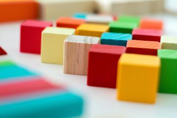 Cubetti di legno colorati