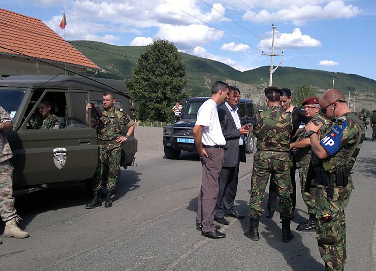 Il sindaco di Zubin Potok parla con la KFOR alle barricate (Foto Tatjana Lazarević)