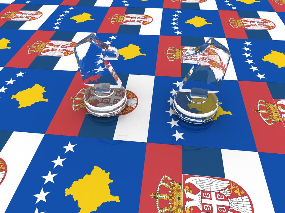 Scacchiera formata dalle bandiere di Serbia e Kosovo, due pezzi degli scacchi, i due cavalli, si fronteggiano l'uno contro l'altro © Albina Gavrilovic/Shutterstock