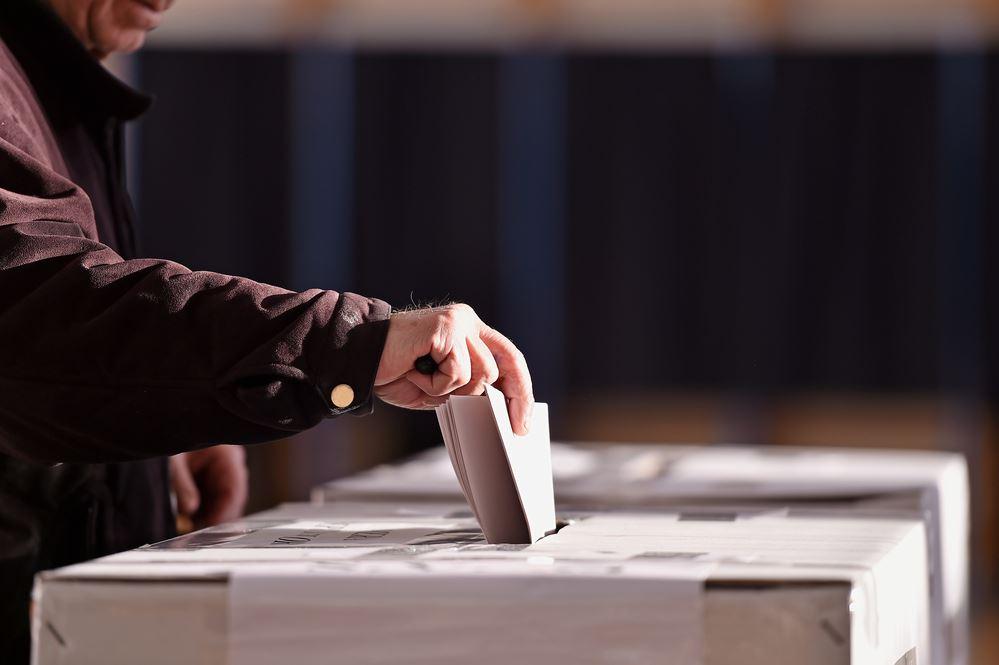 Voter inserts the ballot into the ballot box - © roibu/Shutterstock