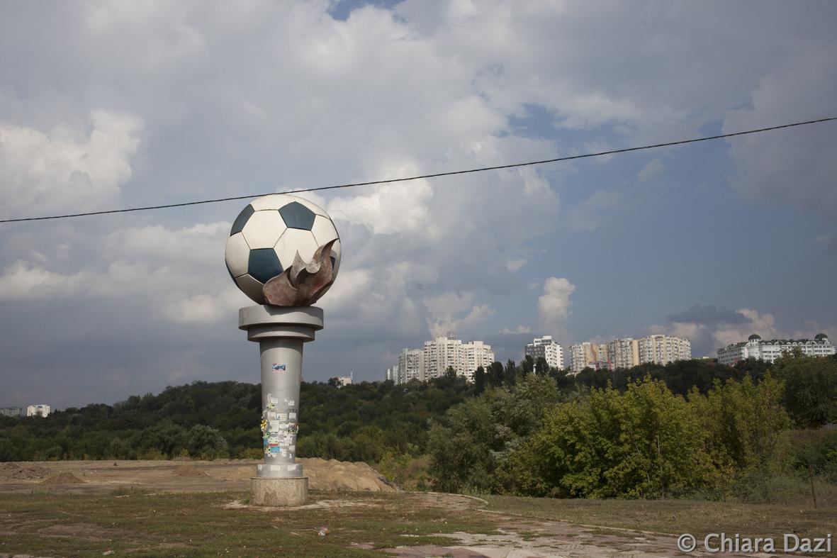 Il monumento al pallone del calcio vicino al circo di Chisinau (foto C. Dazi)