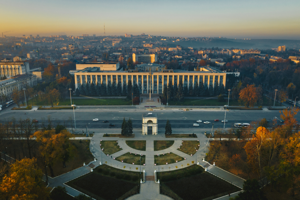 Chișinău - Arco di trionfo e sede del Governo (foto © Calin Stan/Shutterstock)