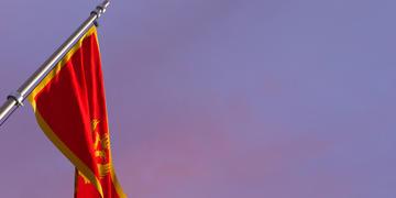 La bandiera del Montenegro (© BUTENKOV ALEKSEI/Shutterstock)