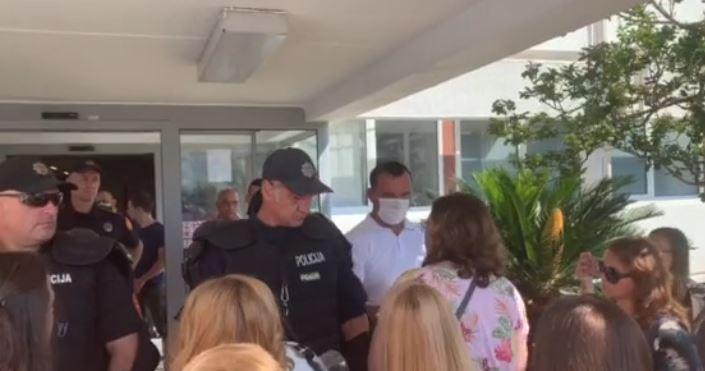 Cittadini e polizia nell'atrio del municipio di Budva