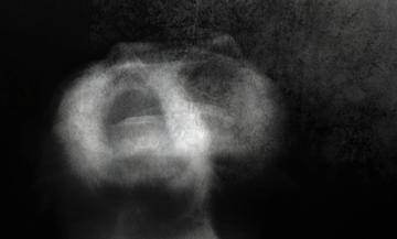Una donna urla di dolore © drasa/Shutterstock