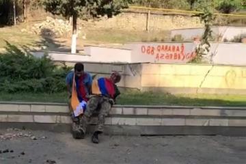 Un fotogramma del video che ritrae i due prigionieri armeni poco prima della loro esecuzione