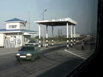 Un check point all'ingresso della repubblica di Karačaevo-Circassia (foto di G. Comai)